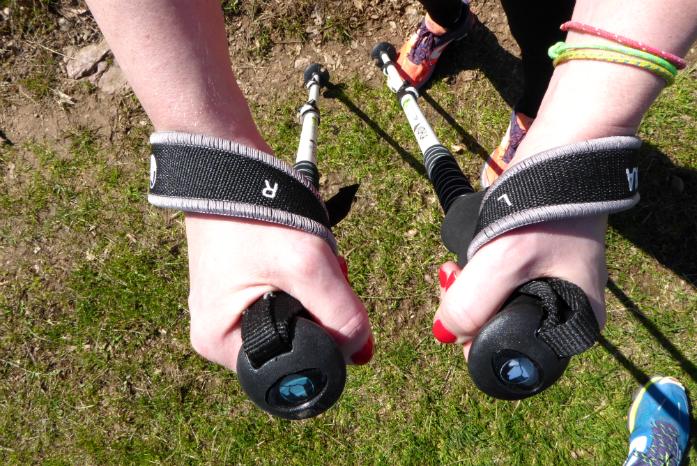 Neoprenowy szeroki pasek pozwala na wygodne oparcie nadgarstka
