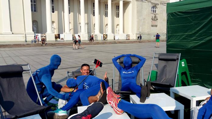 Piotr w otoczeniu niebieskich ludków promujących imprezę