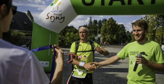 Krzysztof Gajdzinski wita biegacza na mecie fot Piotr Dymus