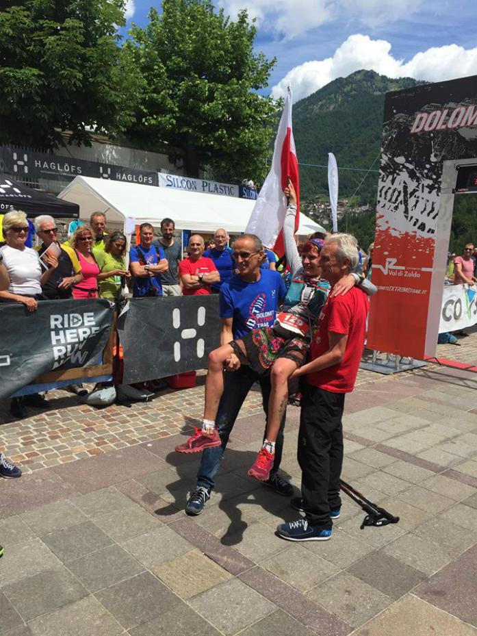 Marta Wenta na rękach organizatorów / fot. Dolomiti Extreme Trail